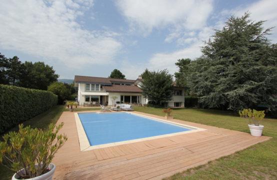 Magnifique villa avec piscine et vue lac