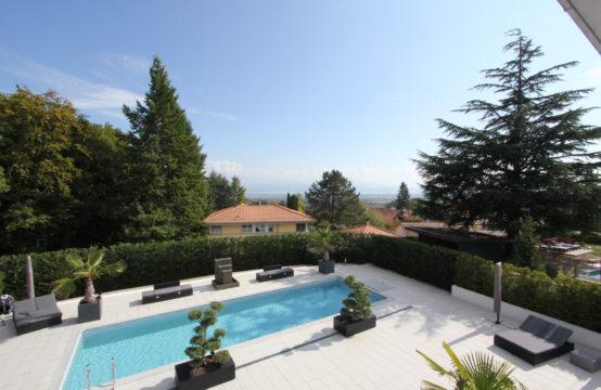 Magnifique villa d&rsquo&#x3B;architecte avec vue lac et piscine